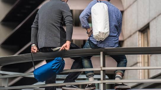 不再東翻西找  新款背包取物好輕鬆